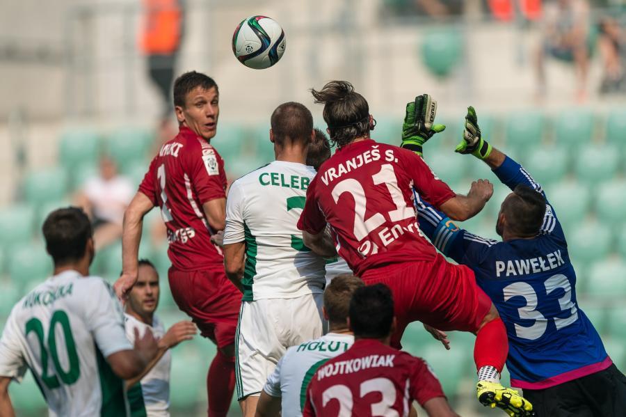 Bramkarz Śląska Wrocław Mariusz Pawełek (P) w akcji pod własną bramką podczas meczu polskiej T-Mobile Ekstraklasy z Lechią Gdańsk