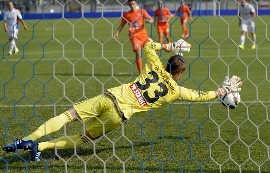 Bramkarz Górnika Zabrze Sebastian Przyrowski (front) puszcza gola po strzale z karnego Dawida Plizgi (w tle) z Termaliki Bruk-Bet Nieciecza w meczu T-Mobile Ekstraklasy w Mielcu