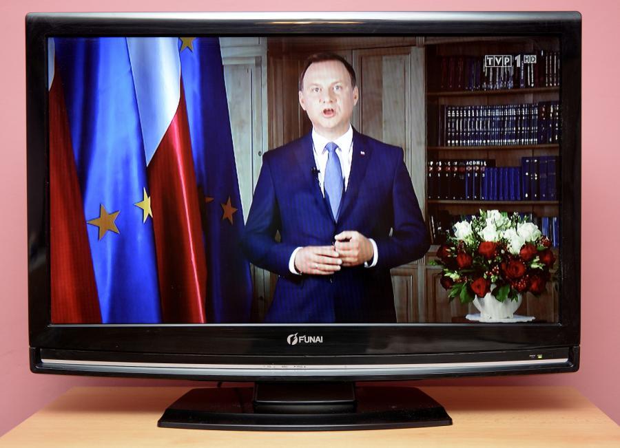 Transmitowane na antenie TVP 1 wystąpienie prezydenta RP Andrzeja Dudy oglądane w jednym z mieszkań w Przemyślu