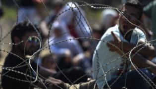 Uchodźcy na granicy między Macedonią i Grecją