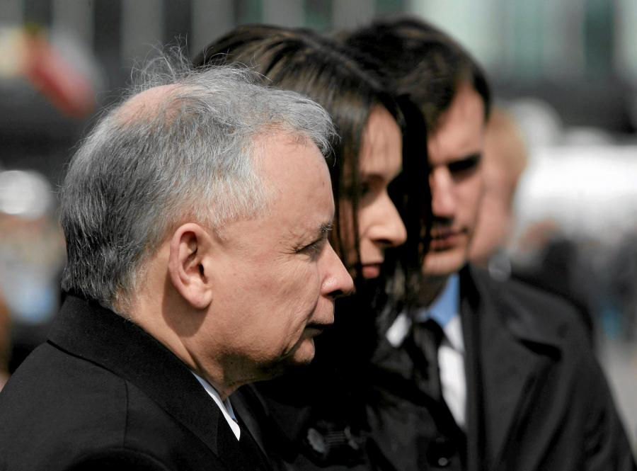 Jarosław Kaczyński, Marta Kaczyńska i Marcin Dubieniecki podczas uroczystości poświęconych pamięci ofiar katastrofy smoleńskiej. Zdjęcie z 17 kwietnia 2010 roku