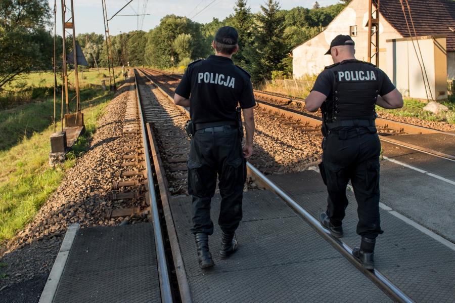 Policjanci patrolują okolice torów kolejowych w pobliżu 62. kilometra trasy łączącej Wrocław z Wałbrzychem