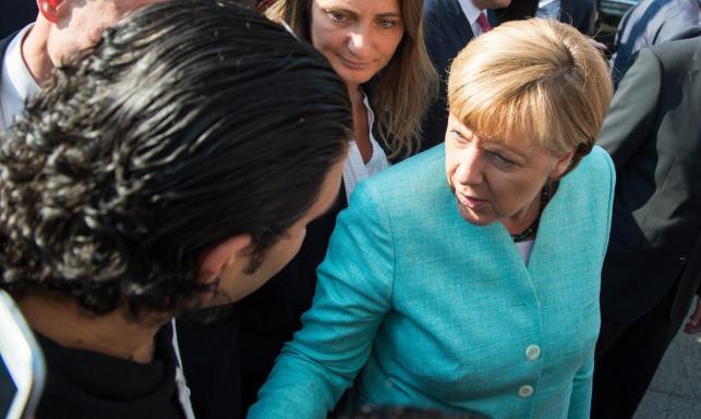 Kanclerz Niemiec z wizytą u uchodźców. Ochroniarze nie spuszczali jej z oka. ZDJĘCIA