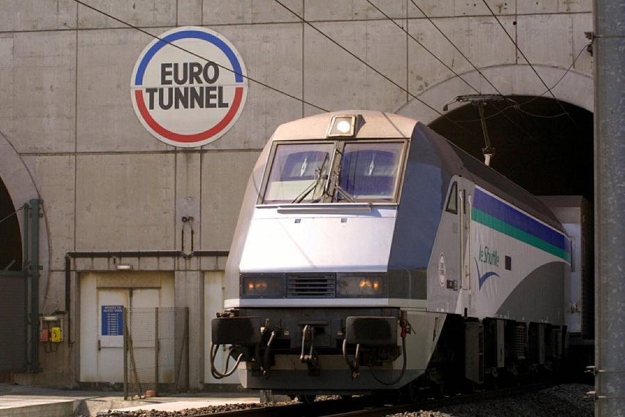 Pociąg wyjeżdża z Eurotunelu