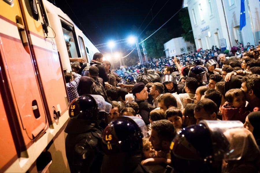 Imigranci próbują dostać się do pociągu niedaleko miasta Tovarnik w Chorwacji