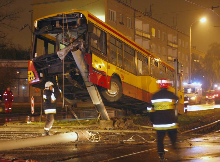 Nocny autobus zawisł na słupie