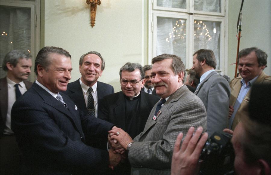 Obrady Okrągłego Stołu w 1989 roku. Osiągnięcie porozumienia i symboliczny uścisk dłoni wicepremiera Czesława Kiszczaka i przewodniczącego Krajowej Komisji Wykonawczej NSZZ Solidarność Lecha Wałęsy