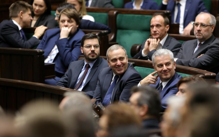Od lewej: Stanisław Tyszka z Kukiz'15 oraz politycy PO Grzegorz Schetyna (C) i Cezary Grabarczyk (P), podczas pierwszego posiedzenia Sejmu VIII kadencji