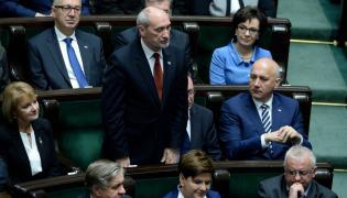 Antoni Macierewicz (C) składa ślubowanie poselskie, podczas pierwszego posiedzenia Sejmu VIII kadencji