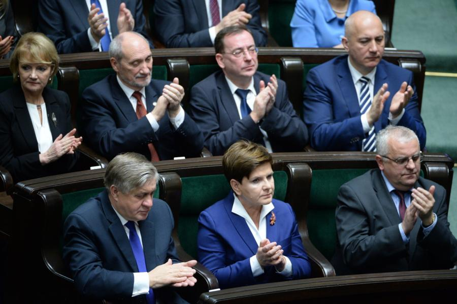 Politycy PiS, w pierwszym rzędzie od lewej: minister  rolnictwa Krzysztof Jurgiel, premier Beata Szydło, Adam Lipiński