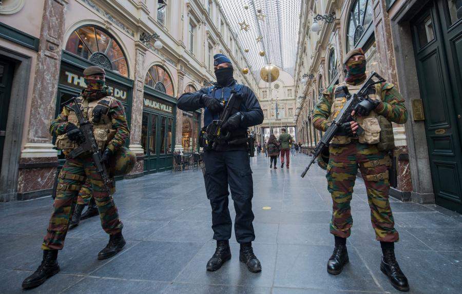 Policjant i dwóch żołnierzy w Galerie de la Reine w Brukseli