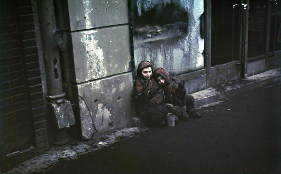 Dzieci z warszawskiego getta (fot. Bundesarchiv, N 1576 Bild-003 / Herrmann, Ernst / CC-BY-SA 3.0)
