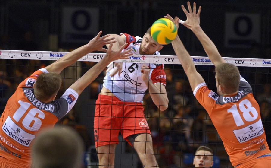 Dawid Dryja (C) z Asseco Resovii Rzeszów oraz Adrian Staszewski (L) i Martijn Colson (P) z belgijskiego Volley Asse-Lennik podczas meczu Ligi Mistrzów siatkarzy w Rzeszowie