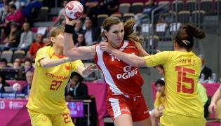 Karolina Kudłacz-Gloc (C) oraz Chinki Sun Mengying (P) i Wu Nana (L) w meczu grupy B mistrzostw świata piłkarek ręcznych w duńskim Naestved