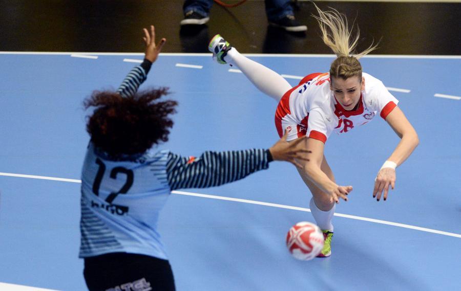 Aleksandra Zych (P) i broniąca bramki Angoli Marta Santos (L) w meczu grupy B mistrzostw świata piłkarek ręcznych w duńskim Naestved