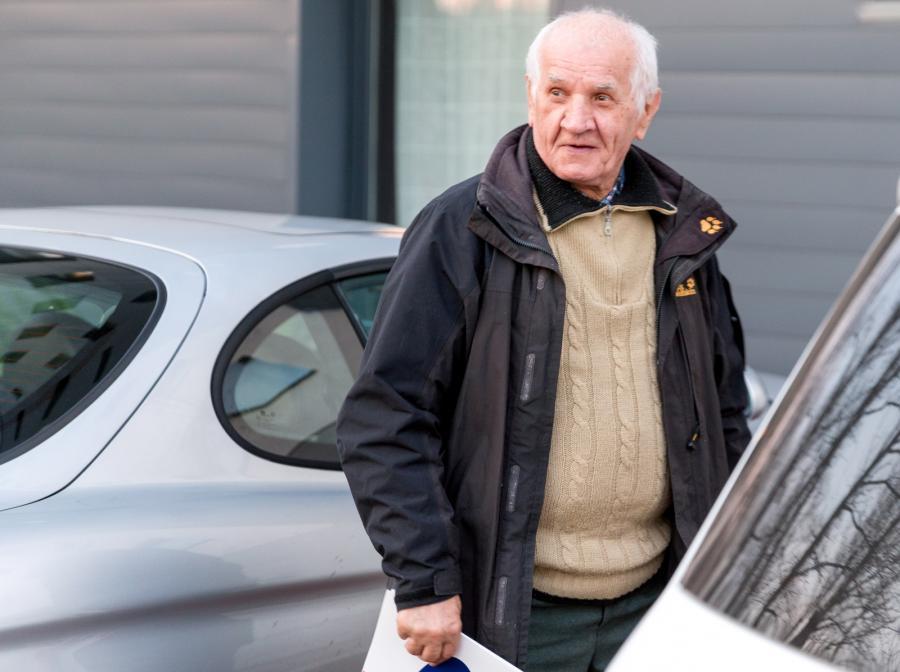 78-letni Feliks Meszka wysiada z samochodu przed jednym z katowickich hoteli
