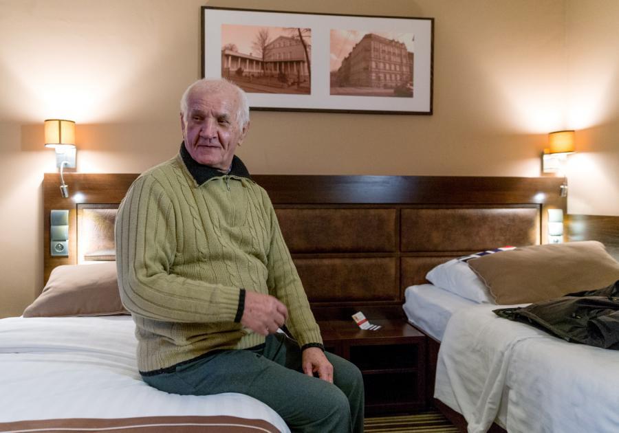 78-letni Feliks Meszka czeka na przyjazd bratanicy w jednym z katowickich hoteli