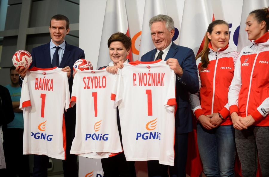 Premier Beata Szydło powitała polskie piłkarki ręczne na lotnisku Okęcie