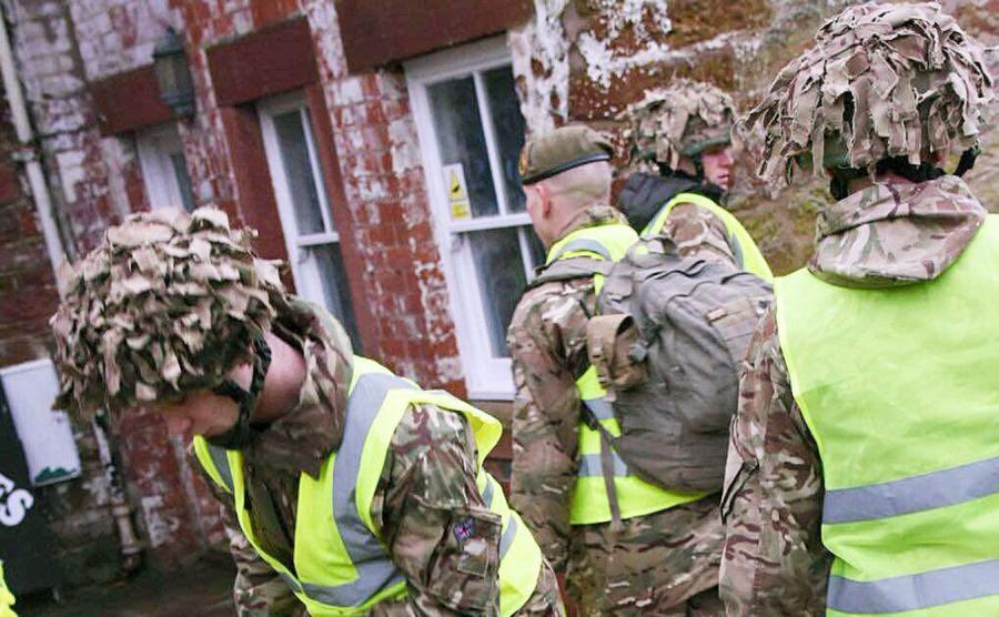 Żołnierze pomagają powodzianom