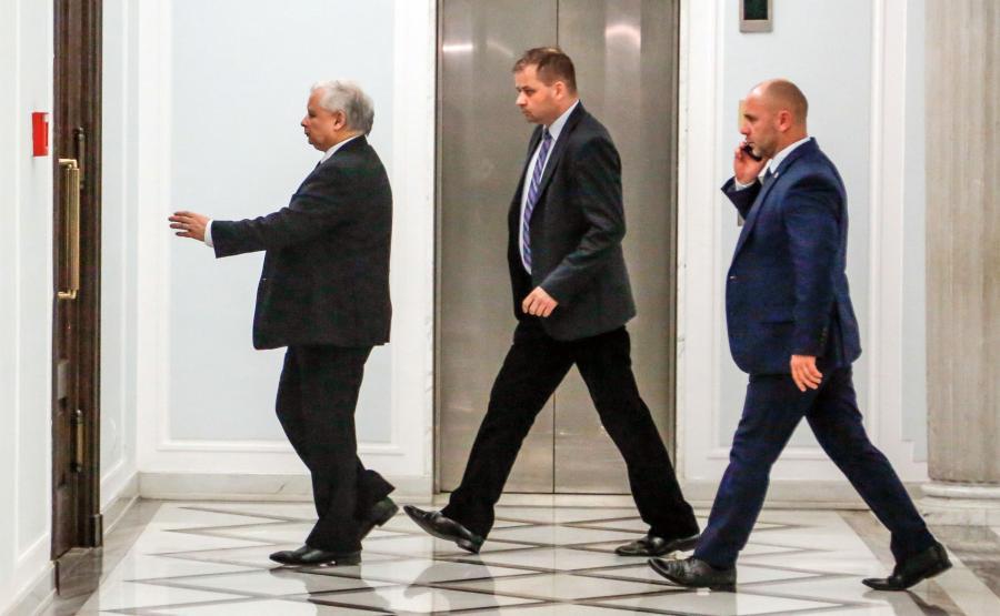 Jarosław Kaczyński z ochroniarzami BOR