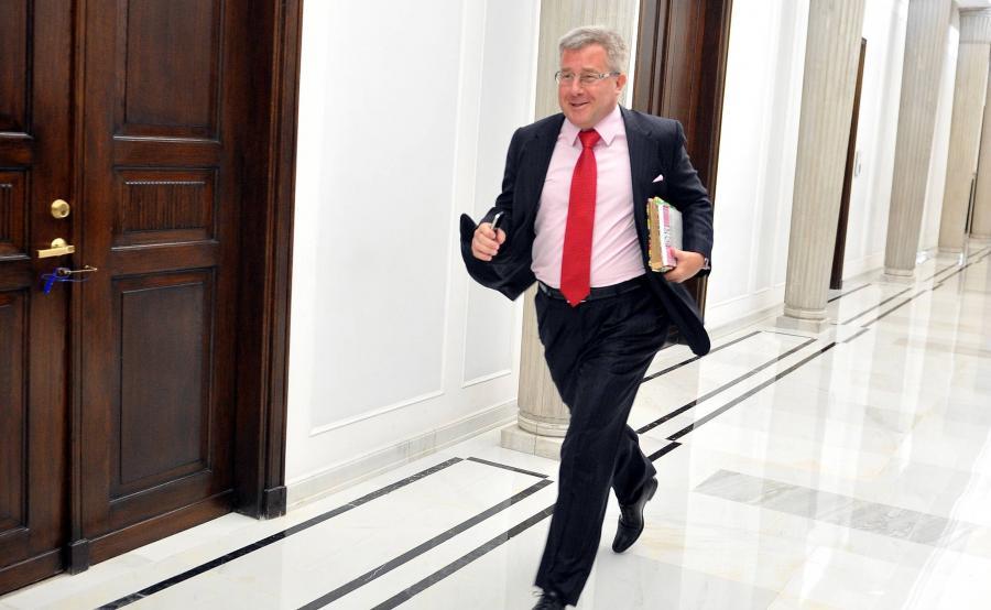 Europoseł Ryszard Czarnecki biegnie korytarzem sejmowym