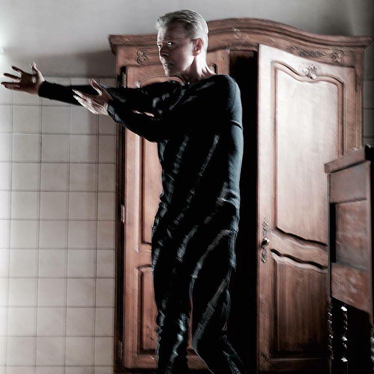 """David Bowie w klipie do utworu """"Lazarus"""""""