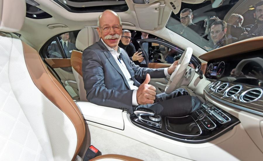 Dieter Zetsche, szef koncernu Daimler, w nowym mercedesie klasy E