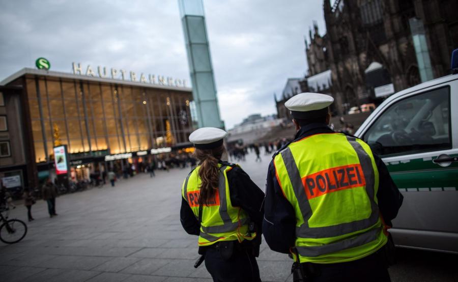 Kolonia, Niemcy. Policjanci na patrolu