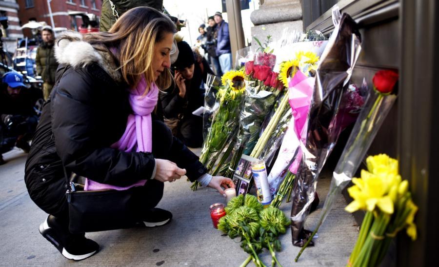 Fani składają kwiaty przed nowojorskim mieszkaniem Davida Bowiego
