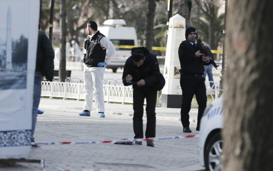 Służby na miejscu eksplozji w Stambule