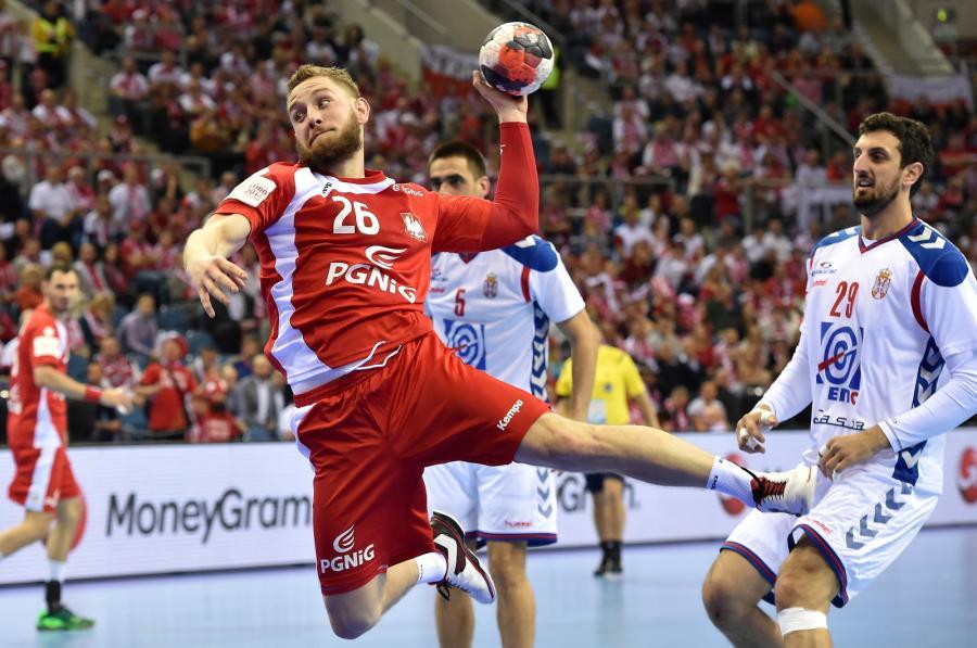 Michał Daszek (L) i Serb Ilija Abutovic (P) podczas meczu grupy A mistrzostw Europy piłkarzy ręcznych w Krakowi