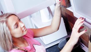 Kobieta wyjmująca kawę rozpuszczalną z szafki