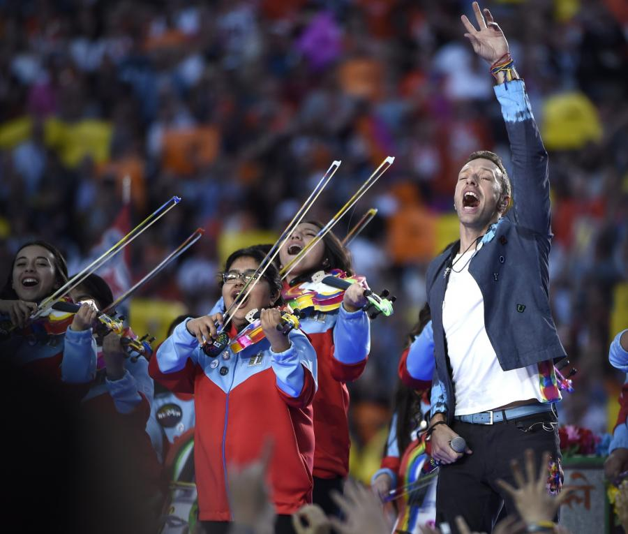 Chris Martin z Coldplay wystąpił na Super Bowl 2016