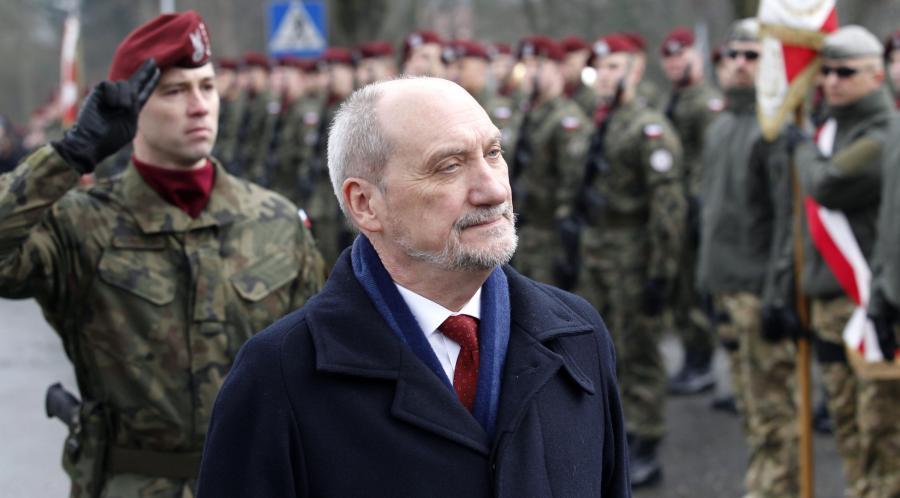 Minister obrony narodowej Antoni Macierewicz podczas uroczystości upamiętniających pierwszy zrzut cichociemnych