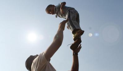 Demonstracja samotnych ojców przed domem Tuska