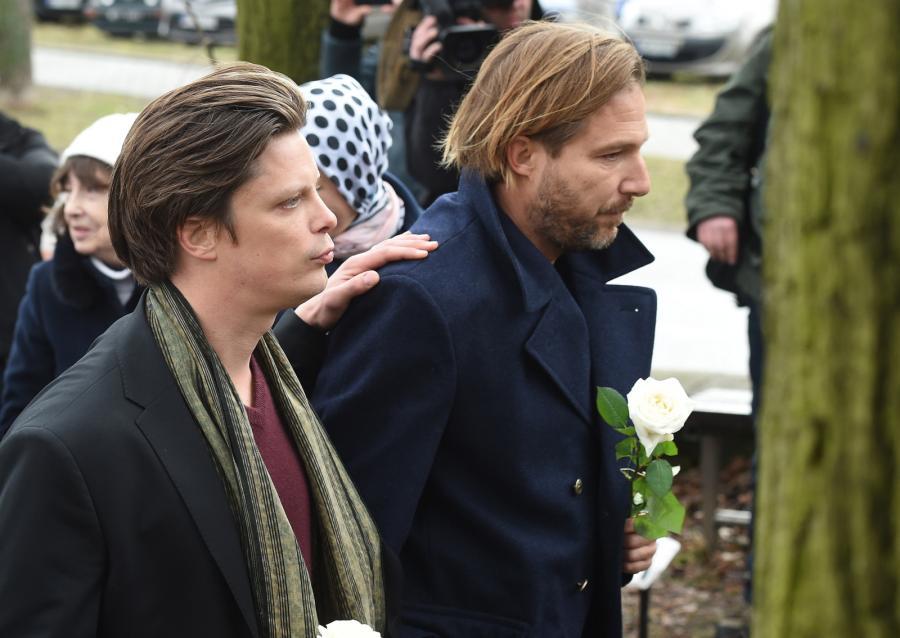Synowie Andrzeja Żuławskiego – Xawery i Ignacy podczas pogrzebu reżysera