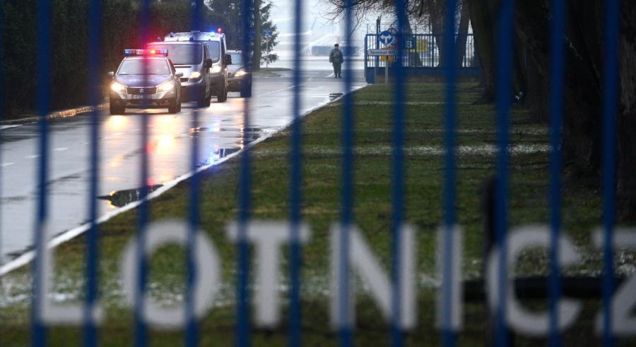 Konwój policyjny przewożący podejrzanego o zabójstwo kobiety Kajetana P. na terenie wojskowego lotniska Okęcie w Warszawie