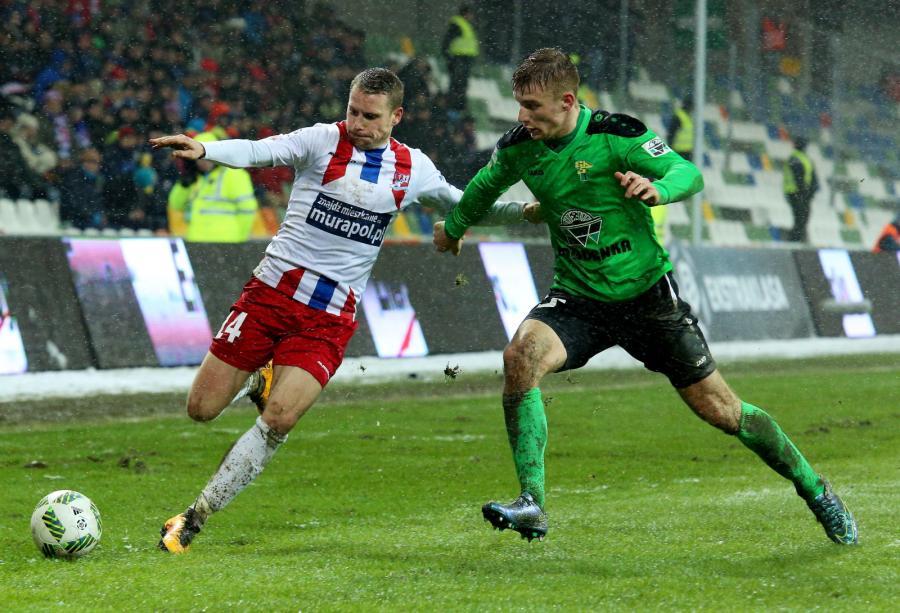 Zawodnik Podbeskidzia Bielsko-Biała Damian Chmiel (L) walczy o piłkę z Damianem Jakubikiem (P) z Górnika Łęczna