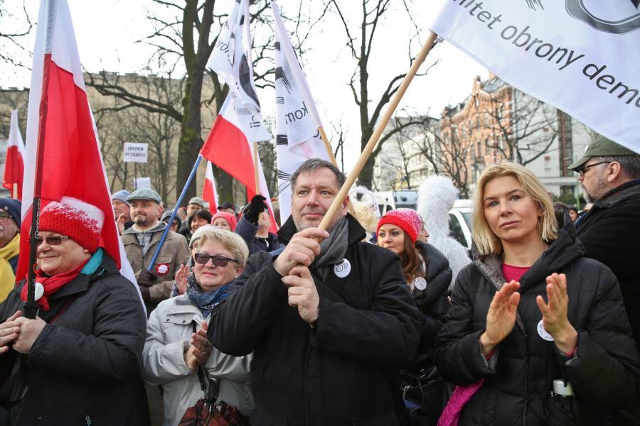 Demonstracja KOD przed budynkiem Trybunału Konstytucyjnego