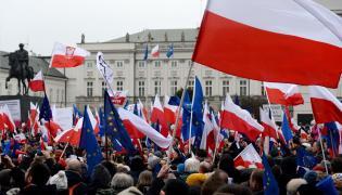 """Uczestnicy demonstracji pod hasłem """"Przywróćmy ład konstytucyjny"""" przed Pałacem Prezydenckim w Warszawie"""