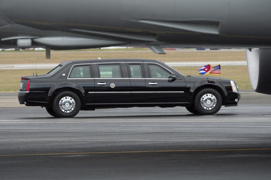 Limuzyna prezydenta wyjeżdża z lotniska