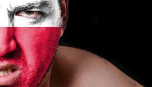 Mężczyzna z biało-czerwoną flagą na twarzy
