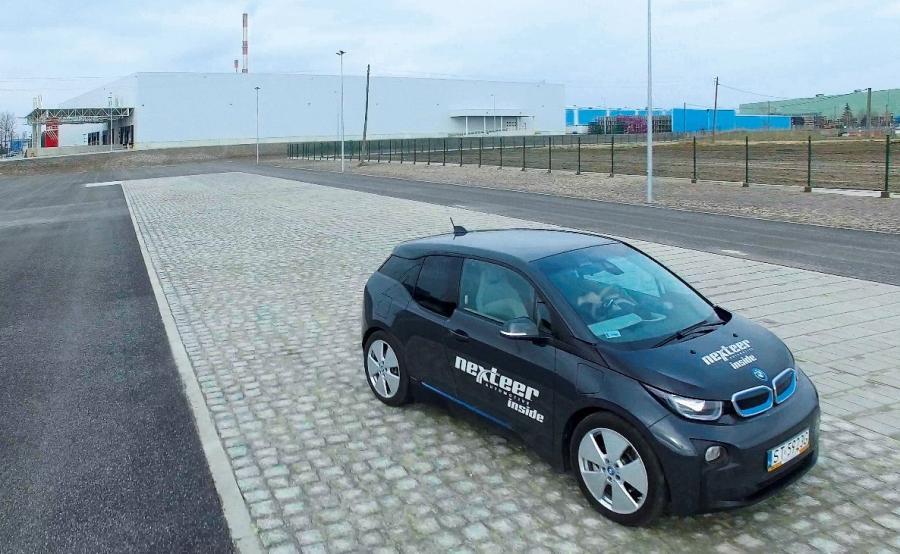 BMW i3 z systemem elektrycznego układu kierowniczego EPS na nowym torze  testowym Nexteer Automotive w Tychach