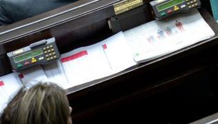 Posłanka Kukiz'15 Małgorzata Zwiercan w ławach poselskich, w trakcie głosowania na nowego sędziego TK