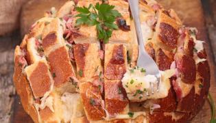 Chleb nadziewany serem żółtym