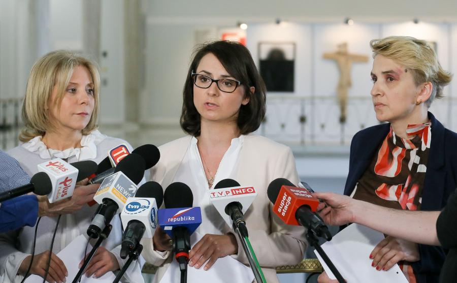Posłanki Nowoczesnej - Kamila Gasiuk-Pihowicz (C), Barbara Dolniak (L) i Joanna Scheuring-Wielgus (P)