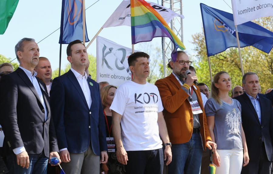 Demonstracja Komitetu Obrony Demokracji i partii opozycyjnych