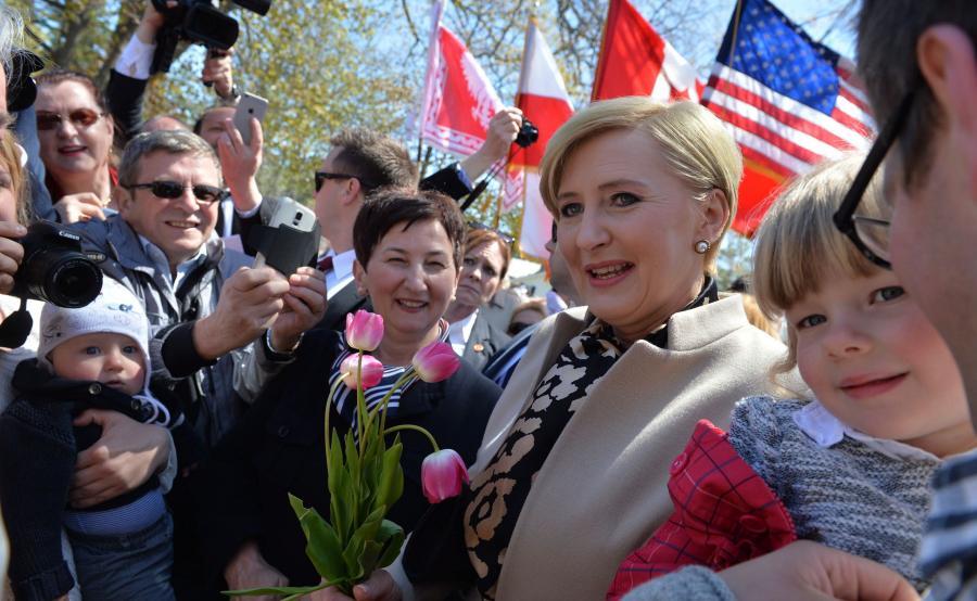 Pierwsza dama Agata Kornhauser-Duda towarzyszy mężowi podczas wizyty na polskim cmentarzu wojskowym w Niagara-on-the-Lake