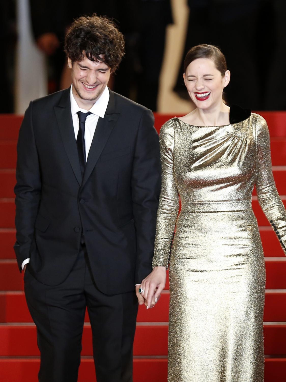 Louis Garrel i Marion Cotillard za rękęna słynnych czerwonych schodach