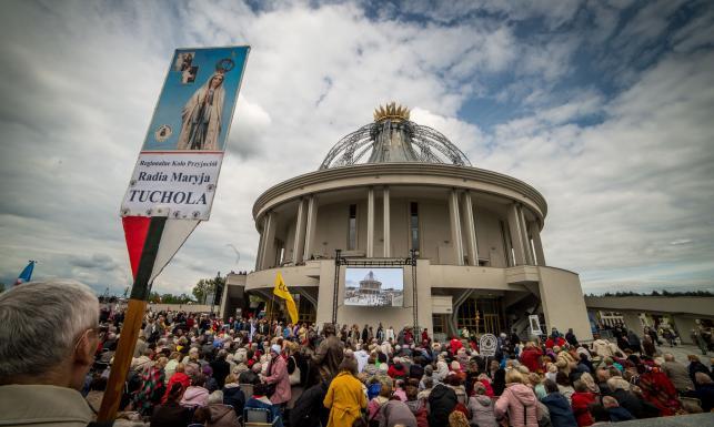 Konsekracja świątyni budowanej przez fundację ojca Rydzyka w Toruniu. Na uroczystości byli ministrowie i prezes PiS [ZDJĘCIA]